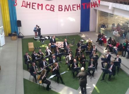 В УжНУ сьогодні грав оркестр