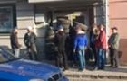 У Мукачеві вкладники хочуть спалити банк (ФОТО)