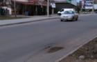 В Ужгороді на нещодавно відремонтованій дорозі з`явилася перша яма