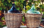 На Тячівщині чоловік проліз в будинок 80-річної пенсіонерки і, погрожуючи ножем, забрав 10 літрів вина