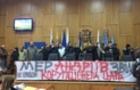 В Ужгороді група протестантів-маргіналів заблокували трибуну і не давали розпочати сесію міськради. Аж поки не звільнили Цапа