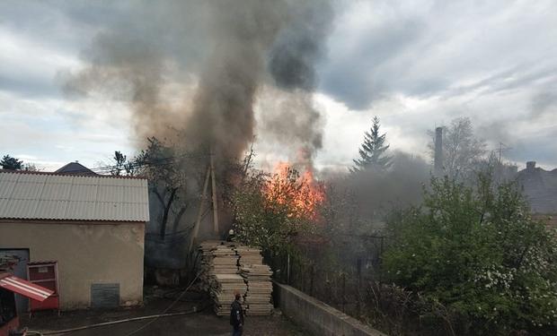 У Мукачеві горить будівля біля університету