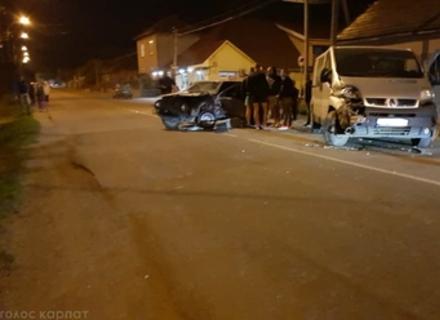 Камери відеоспостереження зафіксували момент аварії мікроавтобуса та легковика у Виноградові (ВІДЕО)