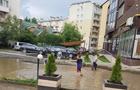 В Ужгороді на вулиці Лінтура утворилися цілі озера, у яких плавають діти (ВІДЕО)