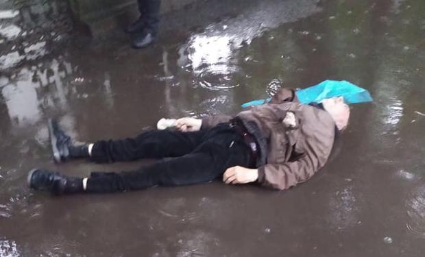 У центрі Виноградова помер чоловік, тіло довго не забирали з тротуару