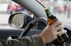 На Хустщині поліцейські зупинили п'яного водія, який навіть не міг стояти на ногах.