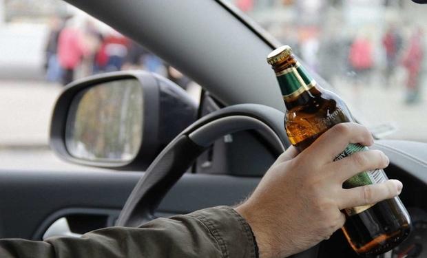 На Хустщині поліцейські зупинили п'яного водія, який навіть не міг стояти на ногах