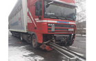 На Мукачівщині вантажівка знесла відбійник (ФОТО)