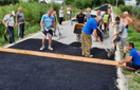 У селі Велика Добронь люди продовжують самотужки ремонтувати дороги