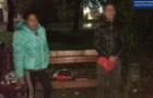 В Ужгороді патрульні застали чоловіка й жінку на крадіжці каналізаційних решіток