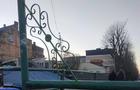 На пішохідний міст в Ужгороді прикріпили дивні конструкції. У мерії кажуть, що це тимчасово