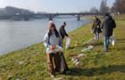 В Ужгороді волонтери очистили міські набержні, які після паводку вкриті шаром сміття