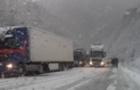 На Закарпатті перевали засипало снігом. Рух обмежено