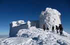 Закарпатські рятувальники відшукали та врятували туристів, які в горах зі снігового карнизу зірвалися в ущелину