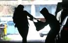 На Закарпатті молода пара відібрали у жінки гроші, телефон та кросівки