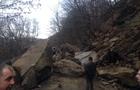 На Закарпатті величезна скеля обвалилася на автомобільну дорогу. Рух перекрито