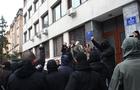 В Ужгороді бойовики-націоналісти влаштували напад на активістів прямо під стінами управління поліції (ФОТО)