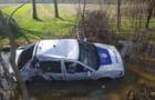 На Закарпатті поліцейське авто на швидкості вдарилося в дерево і перекинулося в яму з болотом (ВІДЕО)