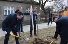 Піар на деревах: Мер Ужгорода взяв участь у висаджуванні сакур