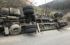 На Рахівщині вантажівка з пиломатеріалами перекинулася в кювет