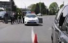 У Мукачеві п'яний велосипедист розбив головою скло на автомобілі (ВІДЕО)