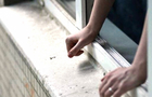 В Ужгороді з вікна 5-го поверху випав однорічний хлопчик. Дитина в реанімації у важкому стані