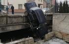 На Тячівщині автомобіль злетів з мосту в потічок