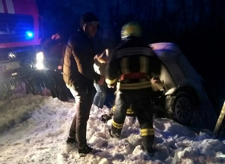 Вночі на Перечинщині автомобіль впав на залізничні колії