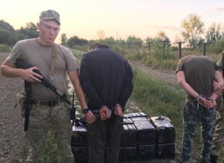 На Закарпатті 19-річні молодики тягли на плечах в Угорщину 5 тисяч пачок сигарет
