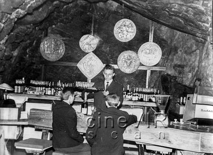 """В підземеллі: Відвідини покинутого легендарного ужгородського ресторану """"Скала"""" (ВІДЕО)"""