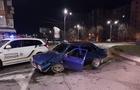 В Ужгороді вночі автомобіль ВАЗ врізався у високий бордюр кругового руху