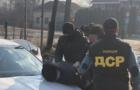 На Закарпатті правоохоронці затримали прикордонника, який вимагав 900 доларів хабара за контрабандне переміщення сигарет
