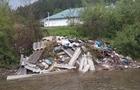 На Закарпатті будівельні відходи зсипають в річку (ФОТО)
