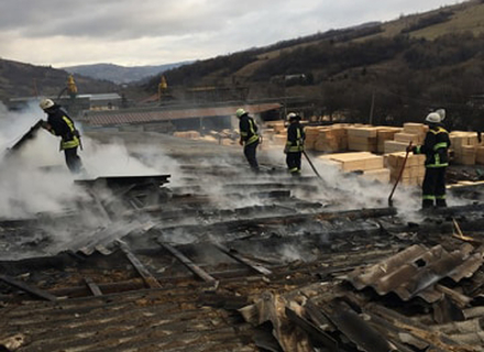 Масштабна пожежа сталася на деревообробному підприємстві на Воловеччині