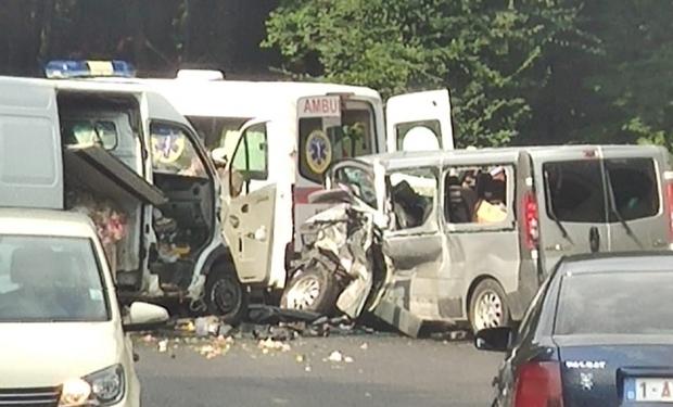 На Виноградівщині зіштовхнулися вантажний та пасажирський мікроавтобуси. Є постраждалі
