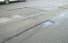 Ремонтники вирізали ями на дорогах і не поспішають їх латати (ВІДЕО)