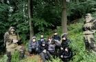 На Закарпатті біля кордону зі Словаччиною затримали 8 нелегалів з В'єтнаму