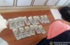 В Ужгороді затримали адвоката, який намагався дати судді 2000 доларів хабара