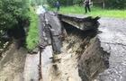 На Закарпатті на дорозі до держкордону з Польщею обвалився міст (ФОТО)