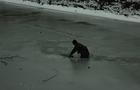 Віра в людяність: На Виноградівщині небайдужий чоловік врятував собаку з крижаної води