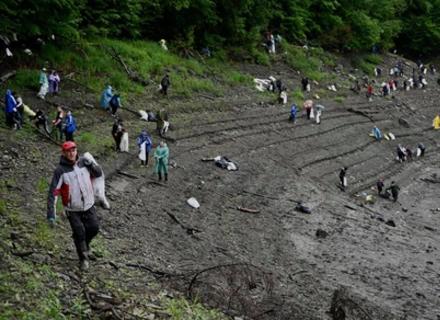 На Закарпатті майже 300 людей очищали від сміття Вільшанське водосховище