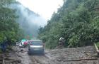 Масштабний зсув грунту перекрив рух автотранспорту на автомобільній трасі в Закарпатті