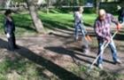 Закарпатський губернатор з колегами чистять площу навколо будівлі обласної влади (ФОТО, ВІДЕО)