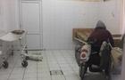 Жінку, яка у Мукачеві плювала в перехожих і обливала їх сечею, вдалося відправити на обстеження