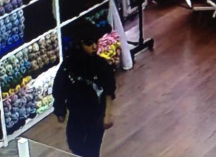 Камери відеоспостереження зафіксували, як в Ужгороді циган-підліток грабує магазин (ВІДЕО)