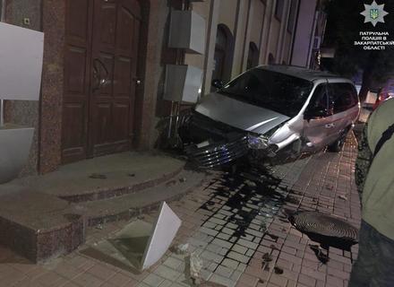"""В Ужгороді """"Крайслер"""" зніс бордюр і вдарився в будівлю банку"""