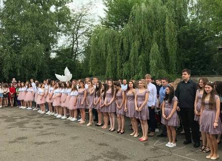 Відео дня: У Виноградові випускники школи танцювали прощальний вальс під дощем