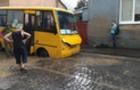 У Мукачеві провалився в яму маршрутний автобус (ФОТО)