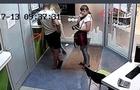 Камери відеоспостереження зафіксували, як дівчина в одному з банків Ужгорода вкрала телефон (ВІДЕО)