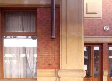 Двоє молодих циган викрали водостічну трубу із залізничного вокзалу в Ужгороді